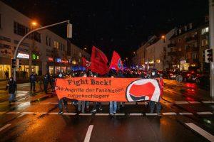 """Demonstration mit dem Banner """"Fight Back"""" Die Angriffe der Faschisten zurückschlagen!"""""""